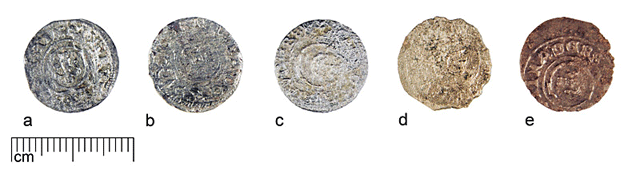 Coins of group B from the same hoard after different treatment: a - SM 10663:1809, alkaline Rochelle solution; b - SM 10663:4, formic acid solution; c - SM 10663:1803, sodium tiosulphate solution; d - SM 10663:1805, electrolysis in sodium carbonate solution; e - SM 10663:1821, galvanic treatment in alkaline Rochelle solution.